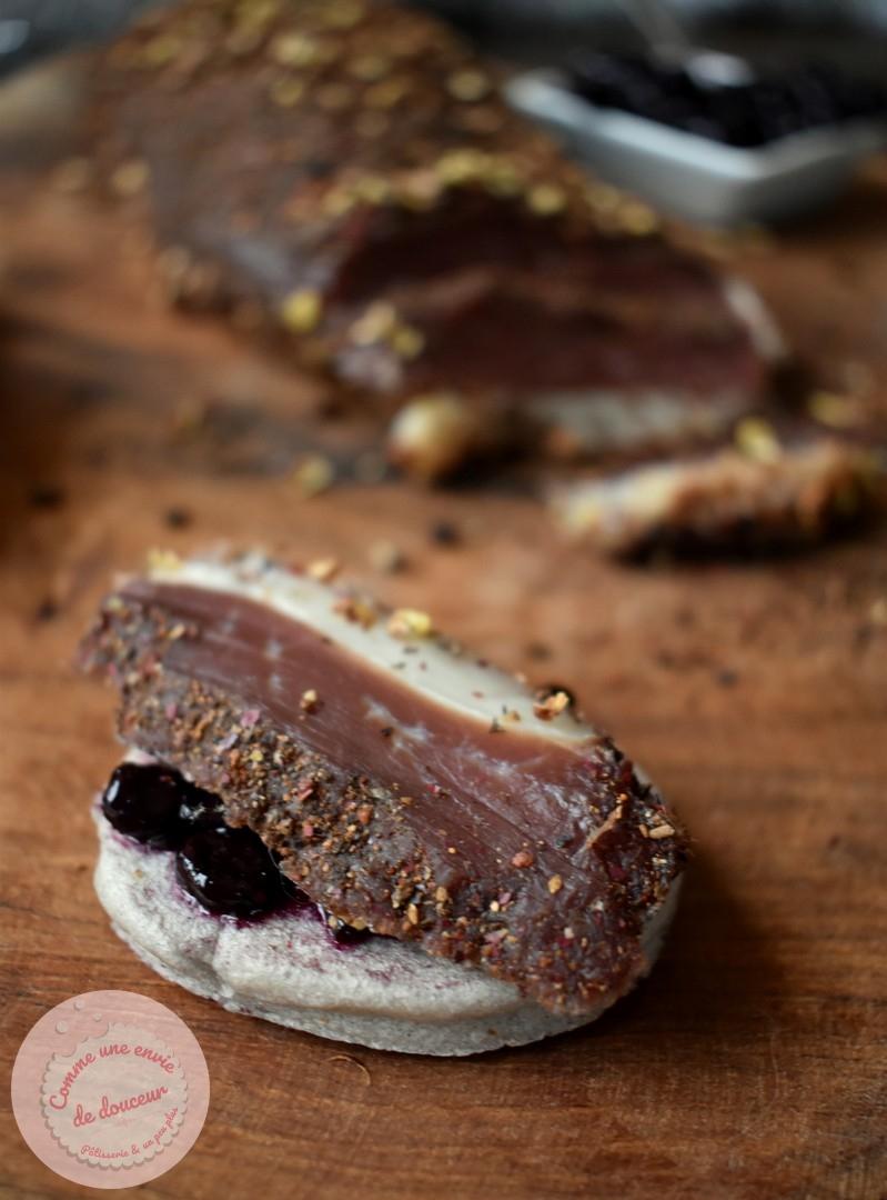 Magret de canard séché aux épices douces ~ Blinis violets et chutney de myrtille