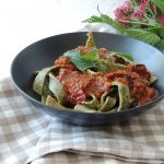 Pâtes fraîches aux orties sauce tomate à la sicilienne ~ Home made nettle pasta & tomato sauce Sicilan style
